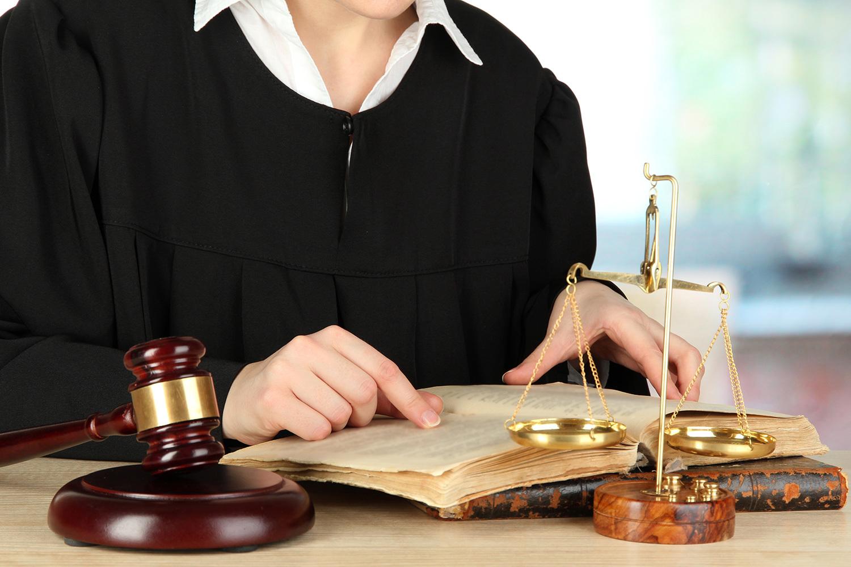 Знакомится с вещественными доказательствами в суде